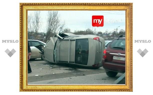 В Туле иномарка перевернулась, врезавшись в автопоезд