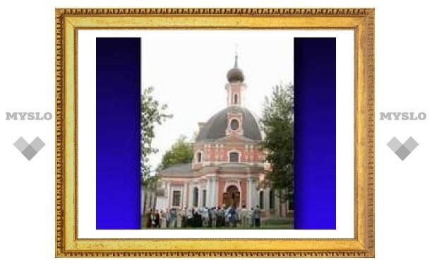 В московском храме помянули жертв трагедии в Вирджинском политехническом институте