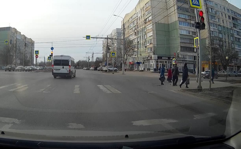 В Туле автохам на маршрутке проехал перекресток на красный свет