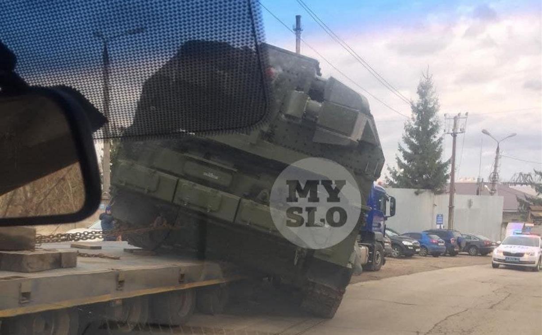 В Туле свалилась с тягача военная техника