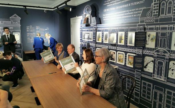 Владимир и Екатерина Толстые погасили почтовые марки в честь 100-летия музея «Ясная Поляна»