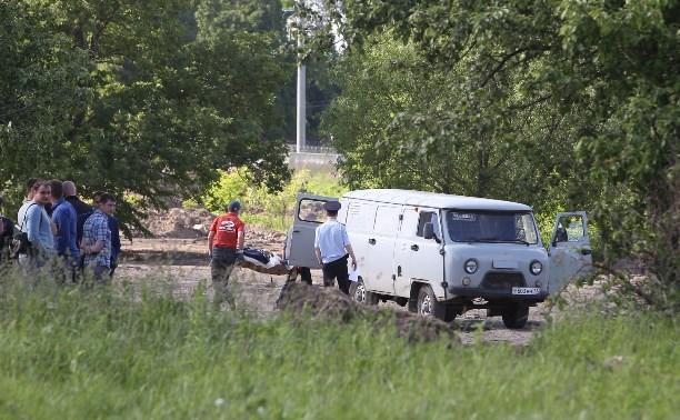 Тело погибшего на ул. Бондаренко мужчины увозят с места происшествия