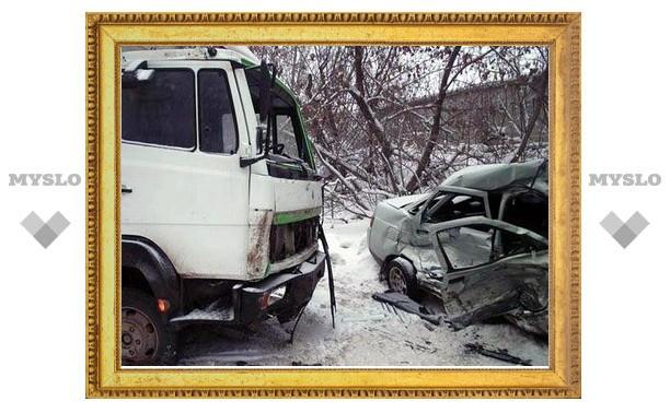 В Тульской области «МАЗ» столкнулся с «четверкой». Погибла женщина