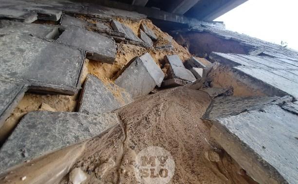 Под Рязанским путепроводом в Туле вымыло тонну песка из откоса