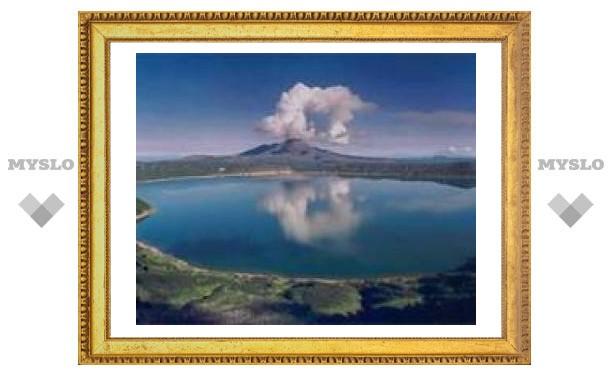 Три камчатксих вулкана извергают газ и пепел