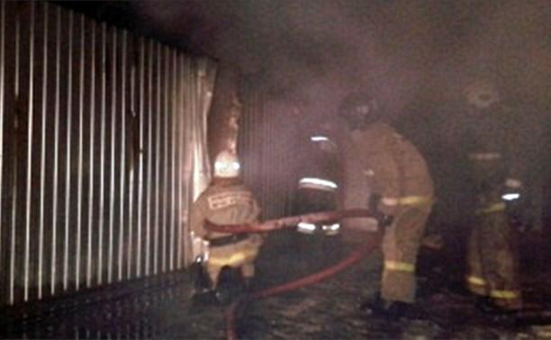 Пожарные спасли 11 человек из горящей бытовки в Новомосковске