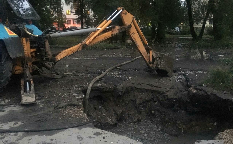 Коммунальщики приступили к устранению порыва на Красноармейском проспекте