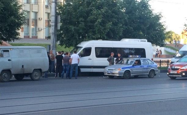 На Советской автобус врезался в столб
