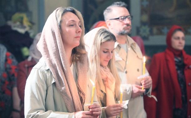 Десятки туляков приняли участие в Пасхальной службе в Успенском соборе