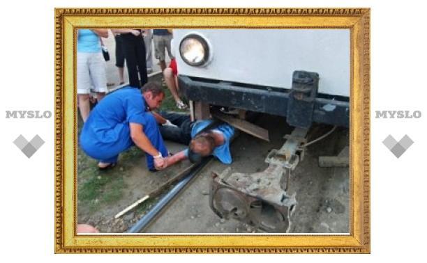 Не зеленстрое мужчина бросился под трамвай