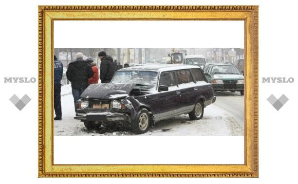 Из-за мокрого снега в центре Тулы столкнулись четыре машины