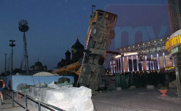 Упавший возле ТЦ «Гостиный двор» кран подняли