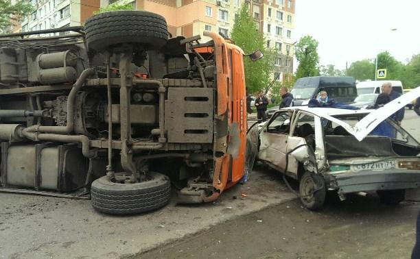 В аварии с «КамАЗом»-перевертышем на ул. Кутузова пострадал водитель грузовика