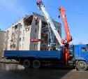 Спасатели снимают плиты перекрытия с поврежденного взрывом дома в Ясногорске