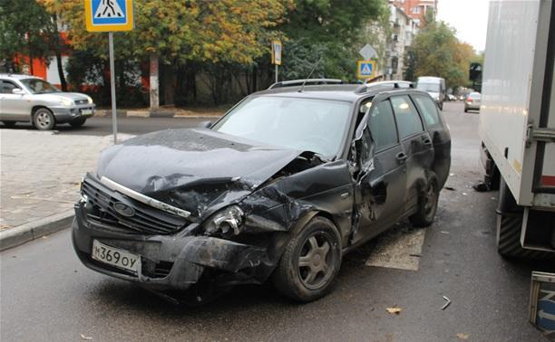 В Туле столкнулись две легковушки и грузовик