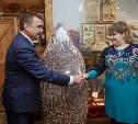 Алексей Дюмин испек тульский пряник на фабрике «Ясная Поляна»