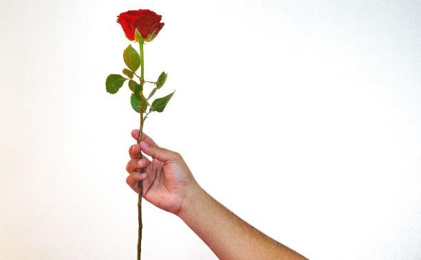 Стилист советует мужчинам на 8 Марта подарить женщине один цветок