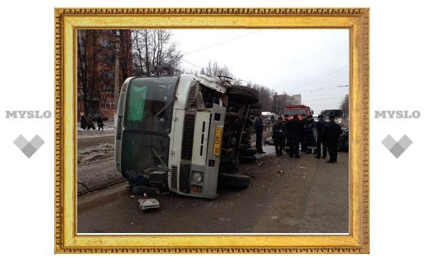 Автобус перевернулся после столкновения с иномаркой