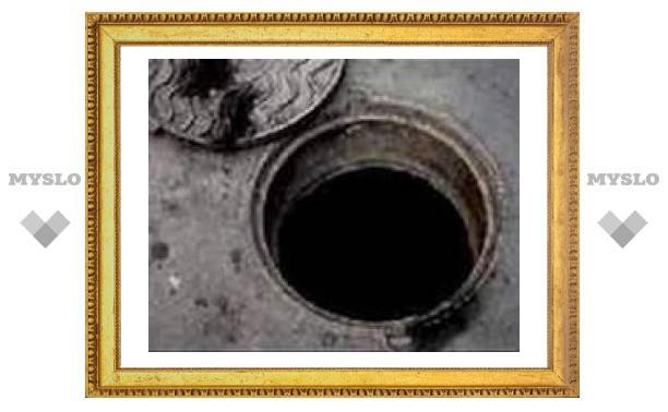 В центре Тулы фура застряла в открытом колодце