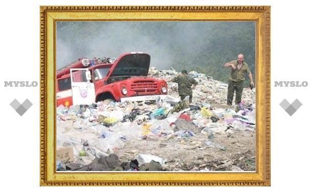 В Туле уже сутки горит мусорная свалка