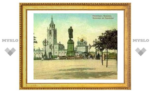 Памятнику Пушкину вернули цепи
