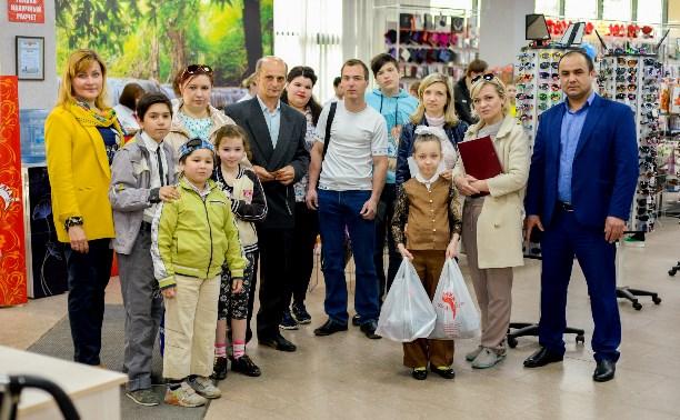 Многодетным семьям подарили одежду и обувь