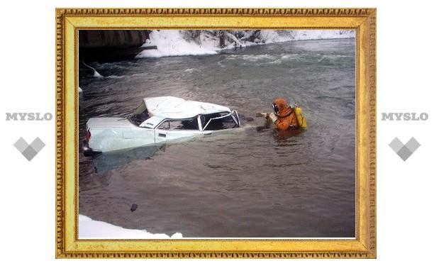 Под Тулой машина свалилась в реку