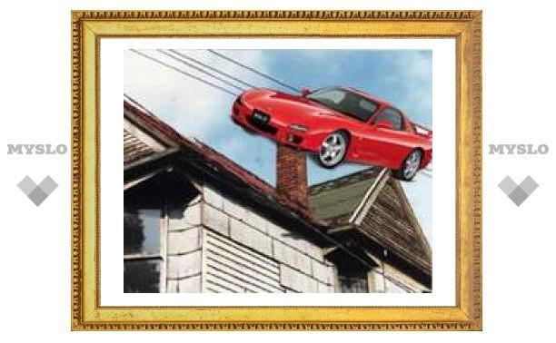 Автомобиль приземлился на крышу дома