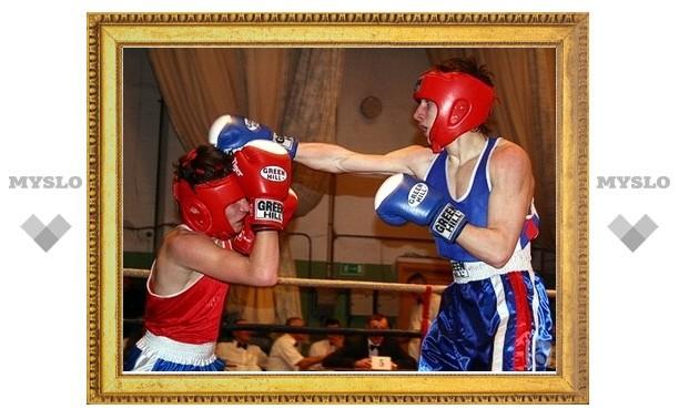Школьникам Щекина подарили боксерский ринг