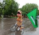 В Туле по Центральному парку разъезжал тираннозавр на велосипеде: видео