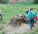 Дети с улицы Ползунова играют на большом пне