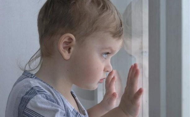 В Ефремовском районе мать на сутки закрыла годовалого ребенка одного в квартире
