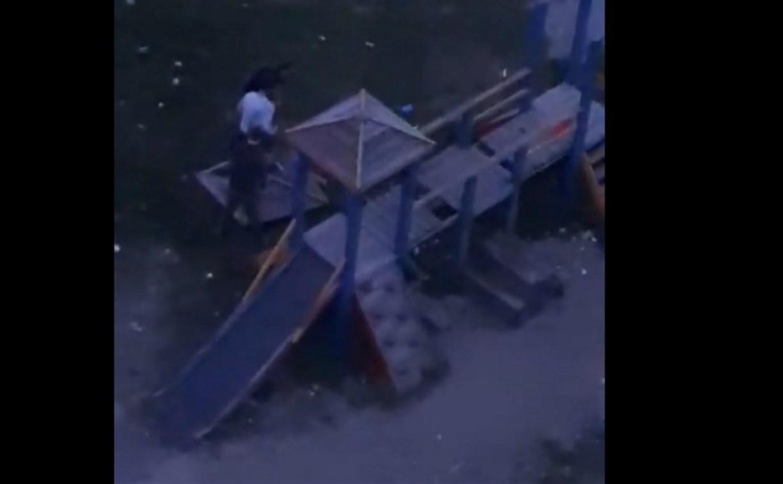 В Туле подростки разгромили детскую площадку: видео