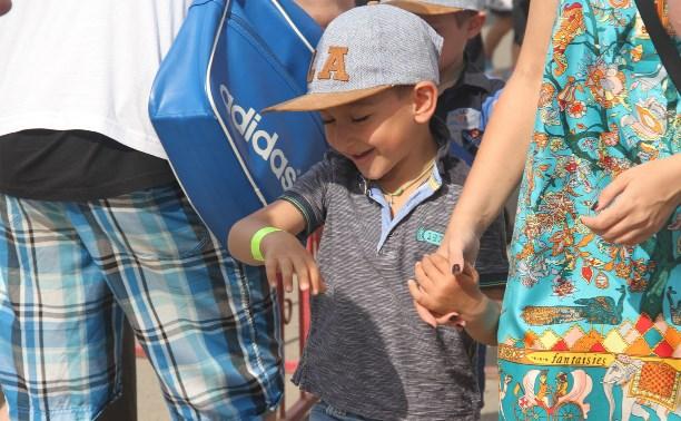 Тульские инспекторы ГИБДД раздали детям в цирке светоотражатели