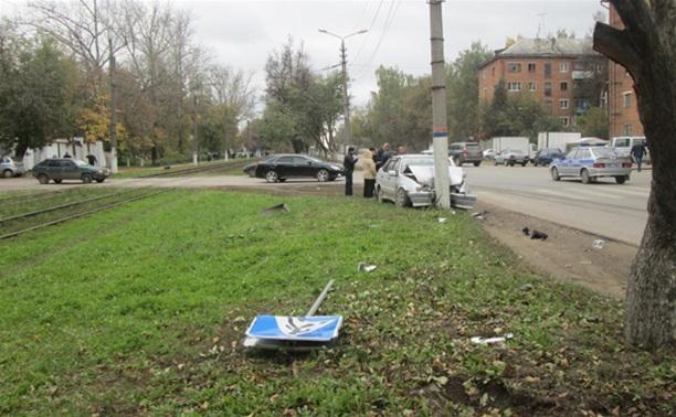 На ул. Кирова водитель «пятнашки» врезался в столб