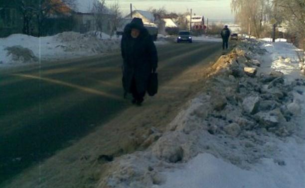 Коммунальщики засыпали в Туле снегом тротуар