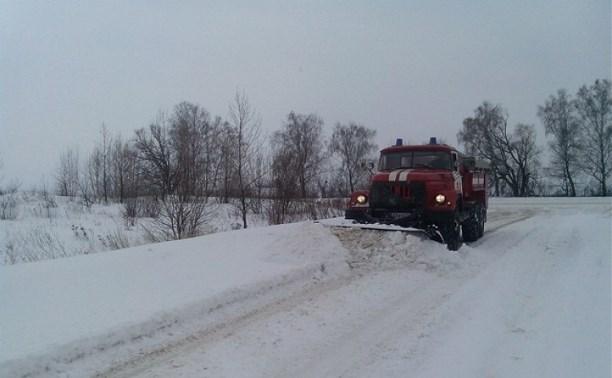 Пожарные помогают расчищать дороги Тульской области от снега