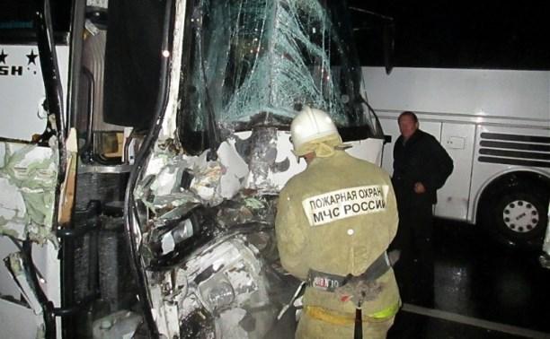 В Венёвском районе туристический автобус столкнулся с грузовиком
