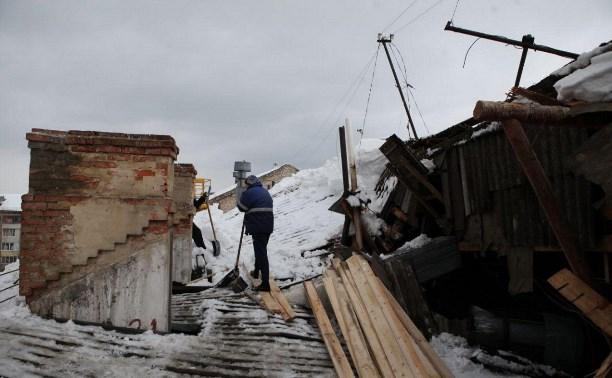 Рухнувшую под тяжестью снега крышу тульского дома начали ремонтировать
