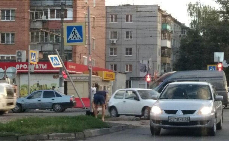 На улице Ложевой водитель Infinity снес пешеходный светофор