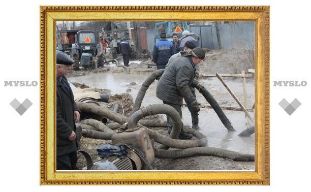 В Туле на месте, где под землю провалилась иномарка, ведутся восстановительные работы