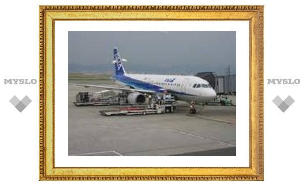Японский авиалайнер приземлился без переднего шасси