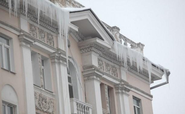 На сосульки и снег на крыше можно пожаловаться в Управление по административно-техническому надзору