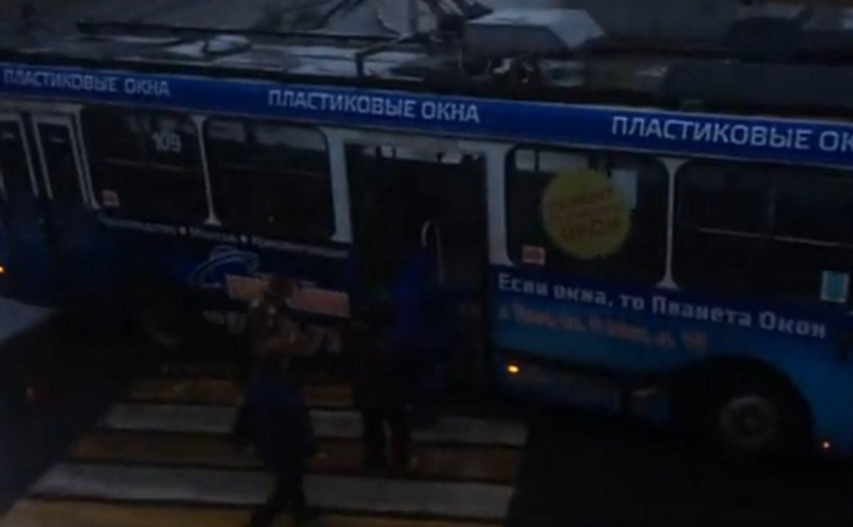 Видео: в Туле водители троллейбусов устроили остановку на пешеходном переходе