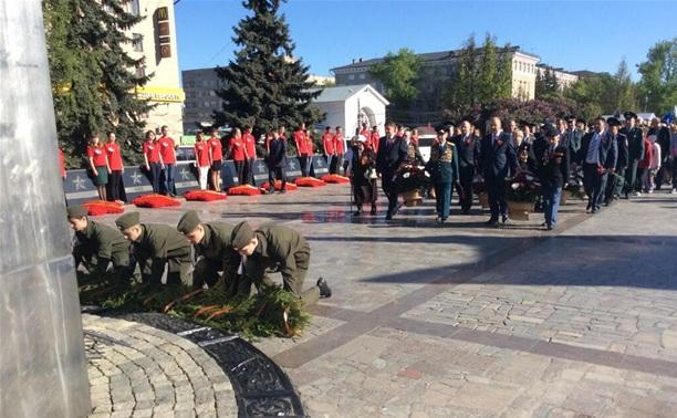 На площади Победы возложили цветы к Вечному огню