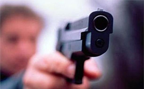 В Новомосковске девушка похитила пистолет у парня, с которым провела ночь