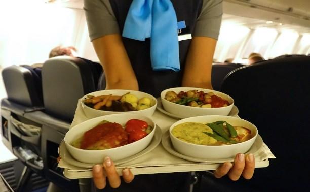 В самолётах российских авиакомпаний могут ввести постное меню