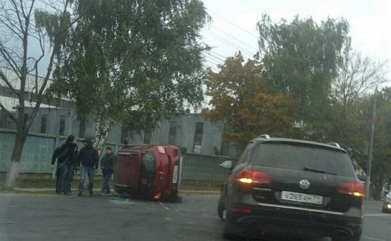В Туле на Новомосковском шоссе опрокинулся «Рено»