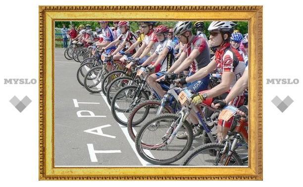 Вокруг площади Ленина погоняют на велосипедах