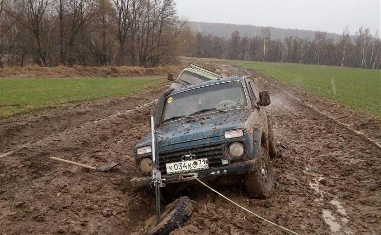 Мост сломан, а при объезде машины уходят под землю: жители тульской деревни оказались отрезаны от мира
